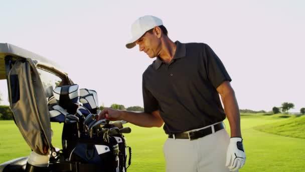 golfový hráč s golfovými kluby venku