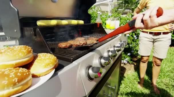 otec, vaření masa na grilu