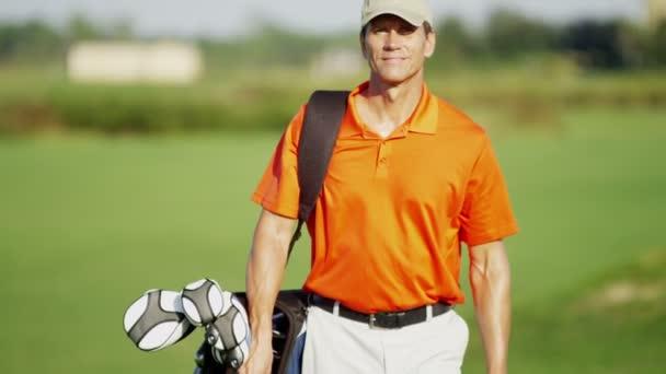 golfový hráč s golfové vybavení