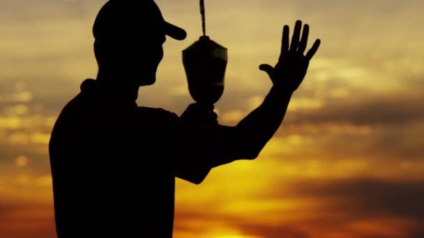 silueta profesionální golfový hráč s trofejí