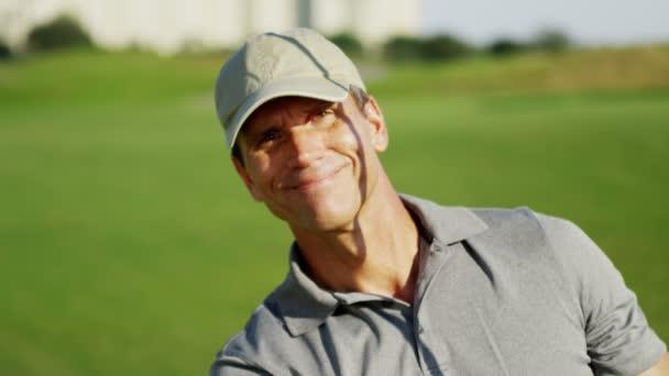 Profesionální golfový hráč během tréninku