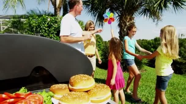 rodiče s dcerami grilování grilování masa