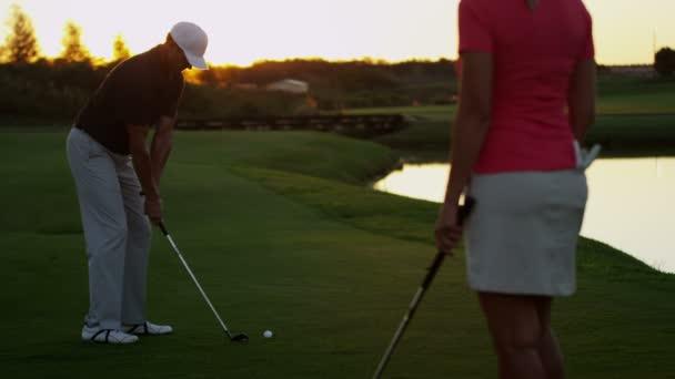 女人吊打男人视频_男人和女人打高尔夫球 — 图库视频影像 © Spotmatik #101676108