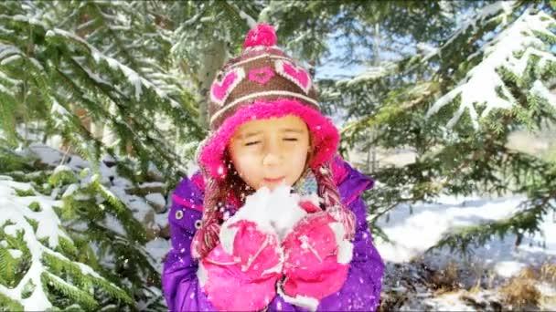 malá holčička se baví s sníh