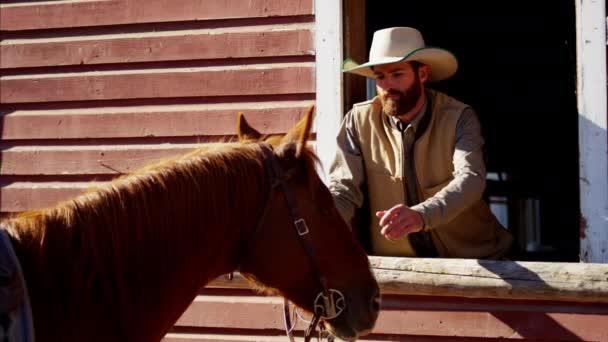 Kovboj těsně spjatém s koněm
