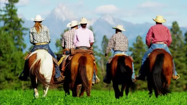 Cowboys a Cowgirls tryskem na pohoří