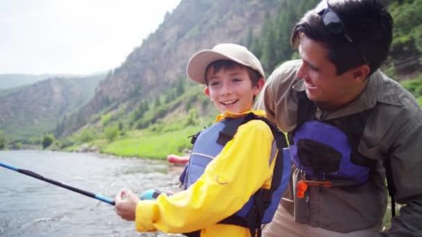 táta a syn rybolov na řece