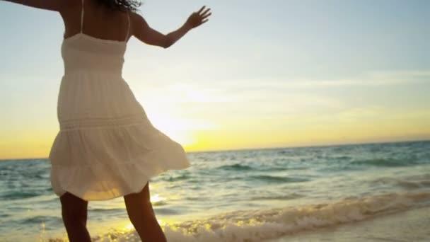 dívka v luxusní beach resort za úsvitu