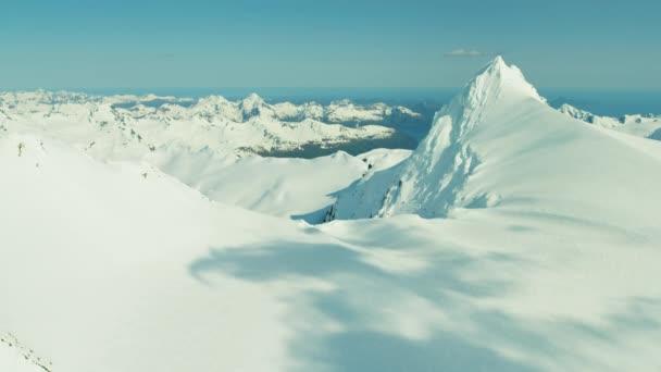 drsné zasněžené hory na Aljašce