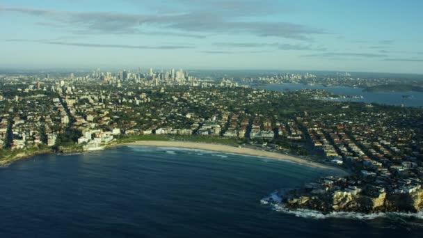 budovy a oceán na Bondi Beach