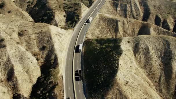 dálnice dopravní v horách mimo Los Angeles
