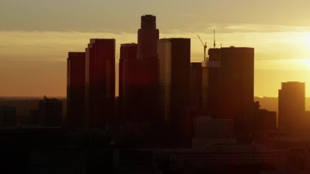 Západ slunce siluety mrakodrapů v Los Angeles