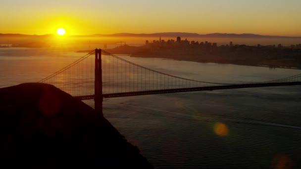 pohled východ slunce na mostu Golden Gate v San Franciscu