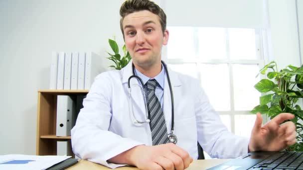 lékař pomocí moderní video komunikace