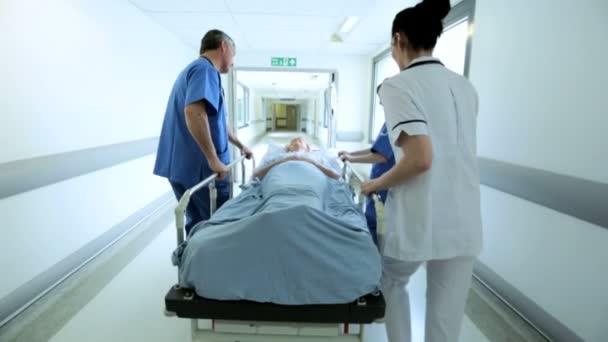 Senior Patienten Ward Transfer Krankenhaus Bett Zeitlupe