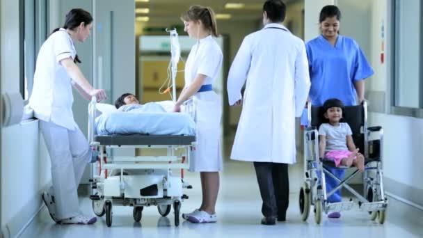 Arzt und Krankenschwestern mit Mädchen zu reden