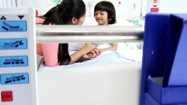 Asiatische Indische Mutter Mädchen Patienten Treffen des Pflegepersonals
