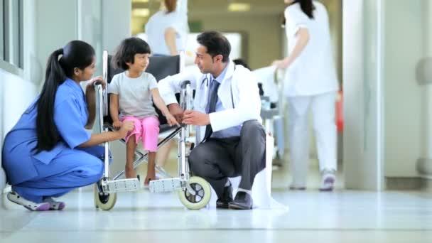 etnická holčička potěšil asijské indické sestra lékař před zahájením léčby