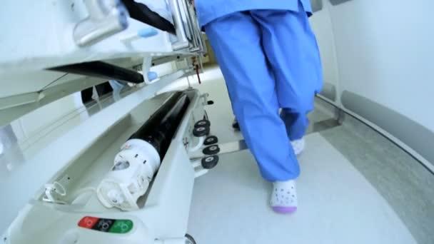 közelről beteg ward átvitel kórházi ágy lassú mozgás