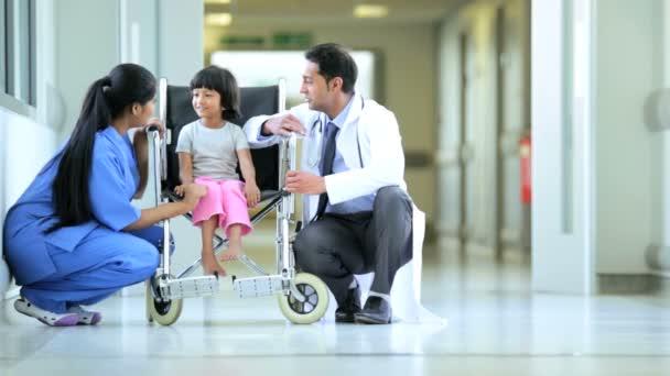 asijské indické sestra pediatr malá holka etnické nemocniční vozík