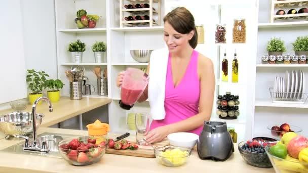 fitness dívka nalil zdravé domácí ovocné smoothie