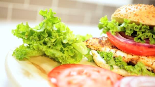 salát ingredience na kuřecích prsou