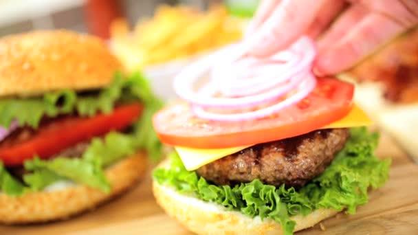 ruce připravují chutné jídlo čerstvé hovězí burger salát zblízka