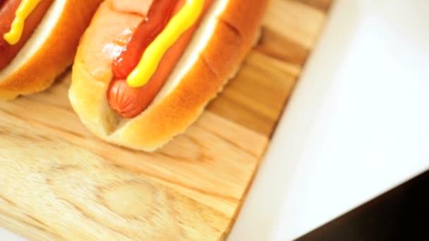 zblízka hot dogy oblečený mírné žlutá hořčice kečup