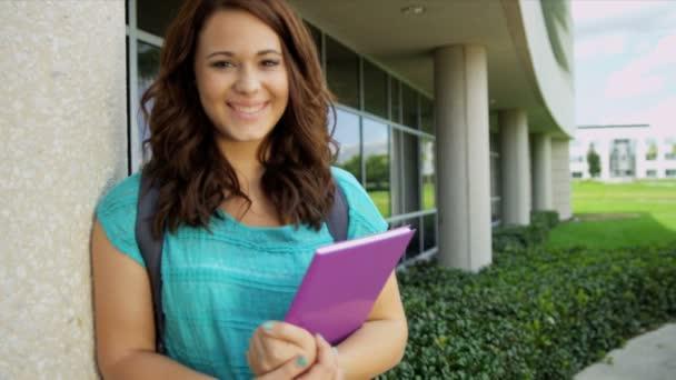 studentka přepravujících domácí kniha