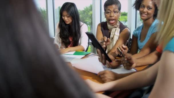 studenti kolem stolu s lektorka