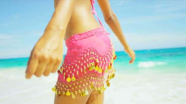 Lány élvezi nyaralás a strandon