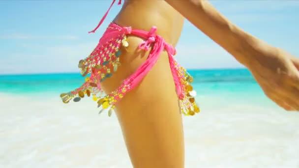 Ragazza che gode vacanza sulla spiaggia