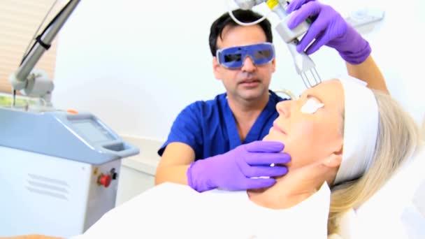 Kozmetikai sebész végez arckezelés