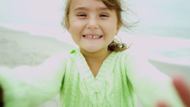 Dívka na pláži úsměv do kamery