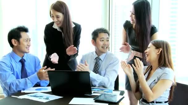 Obchodní tým v moderní zasedací místnosti