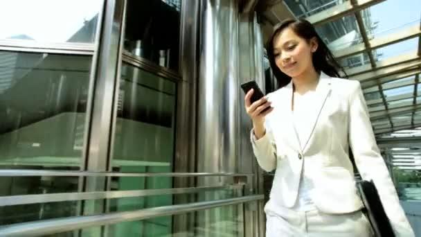 Podnikatelka, chůzi a pomocí smartphone