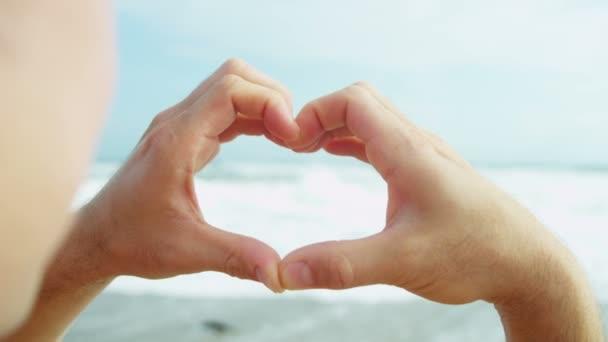 Férfi kezét, így a szív alakú