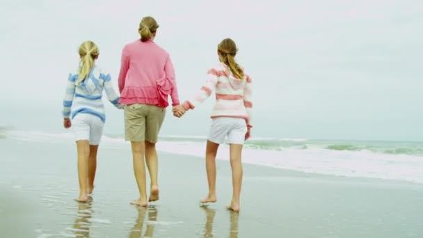 Anya, lánya, séta a strand