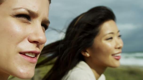 Ženy užívat čerstvého vzduchu na pláži