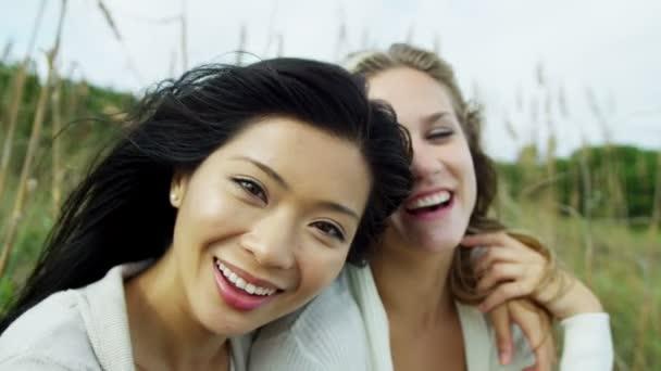 Usmívající se ženy těší beach dovolenou