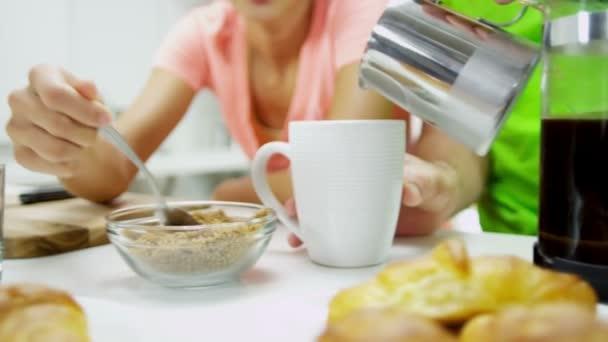Mladý etnický pár připravuje snídani kávu