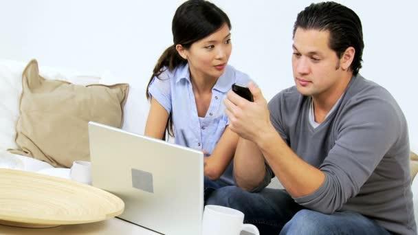 Pár pomocí notebooku a smartphone