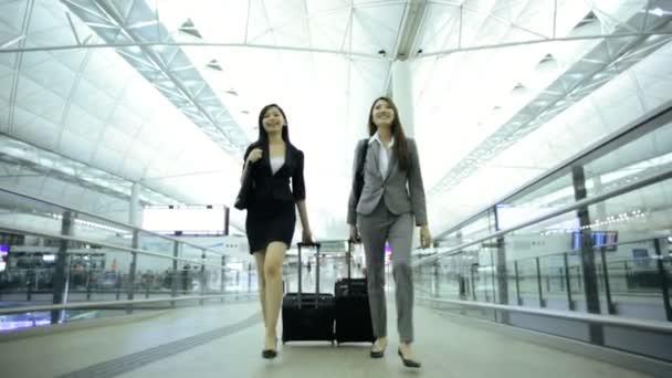 Asijské podnikatelky v letištní terminál
