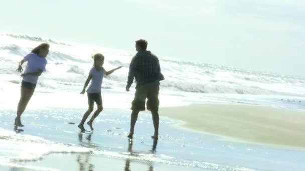 Otec s dcerami na pláži