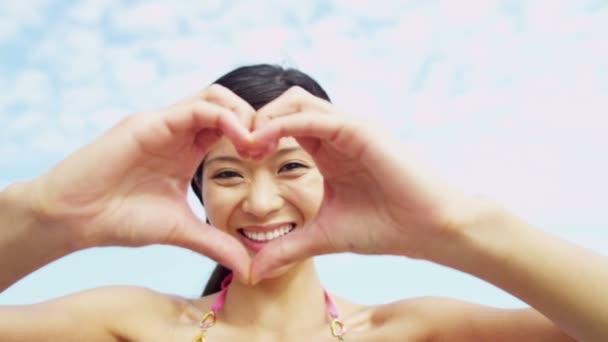 Žena dělat srdce tvaru symbol