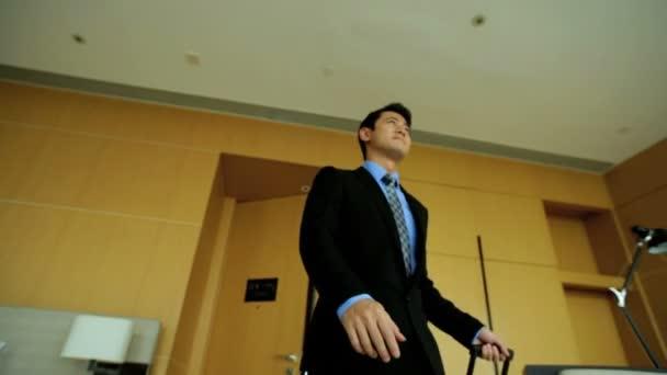 Podnikatel vstupuje do hotelového pokoje