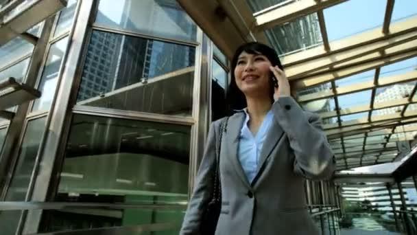 podnikatelka na mobilním telefonu