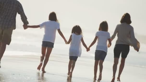 Rodina, chůze naboso po pláži