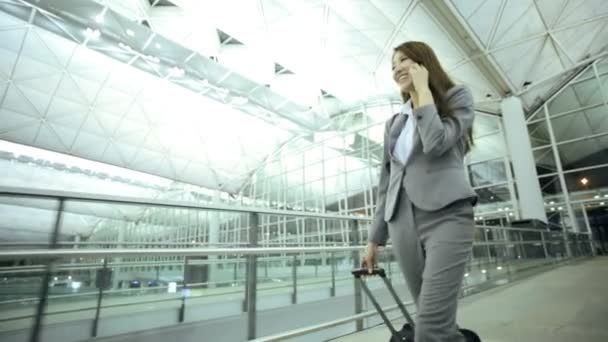 Asijské podnikatelka v letištní terminál