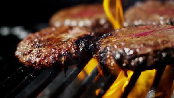 čerstvé mleté hovězí hamburgery na grilu